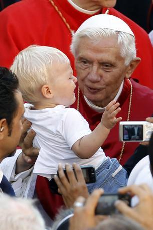 Un bambino piange al cospetto di papa Benedetto XVI, che ha celebrato la messa dell'Assunzione nella residenza estiva di Castel Gandolfo (Reuters)
