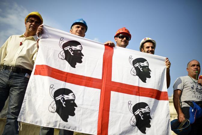 Il 10 settembre � il giorno della manifestazione dei lavoratori dell'Alcoa. Una cinquantina di dipendenti della miniera carbonifera hanno sfilato per le vie di Roma contro la minaccia di chiusura dello stabilimento (Ansa/Montani)