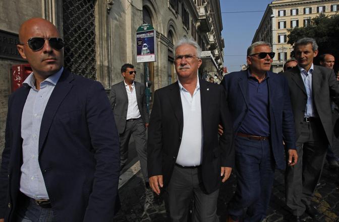 Anche il segretario della Cisl Raffaele Bonanni è intervenuto alla manifestazione dei lavoratori Alcoa (Ansa/Di Meo)