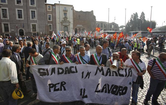 Anche i sindaci di alcune delle città del Sulcis protestano (Ansa/Di Meo)