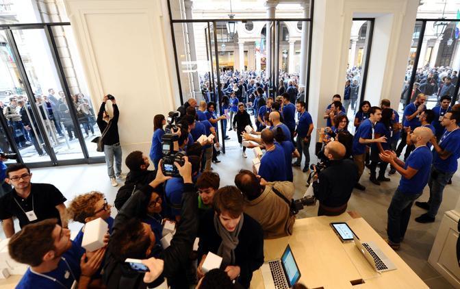 A Torino ha aperto nella centralissima via Roma il dodicesimo Apple Store d'Italia, il secondo (dopo quello di Bologna) a esser ospitato in un palazzo d?epoca e non in un centro commerciale (foto Ansa)