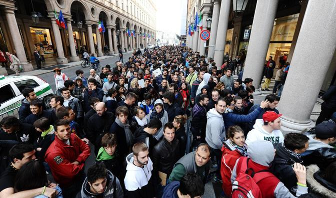 Per l'inaugurazione si è formata una coda impressionante: la polizia locale ha chiuso al traffico una delle carreggiate di via Roma per le file createsi