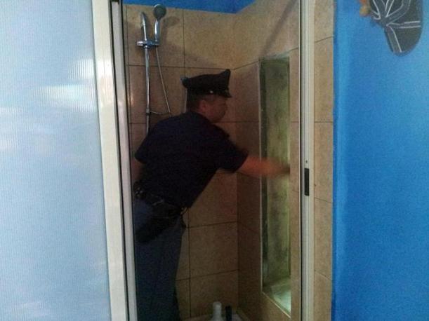 Quel passaggio segreto nel box doccia diventato un bunker - Costruire box doccia ...