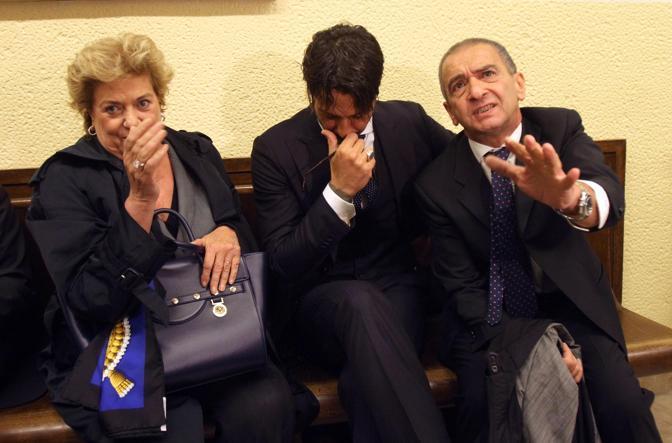 Fabrizio Corona con i propri avvocati, Nadia Alecci e Giuseppe Lucibello (Ansa)