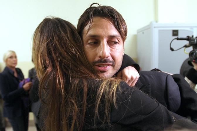 Nana Moric abbraccia l'ex marito Fabrizio Corona (Ansa)