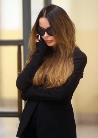 Nina Moric in attesa di Fabrizio Corona in tribunale (Ansa)