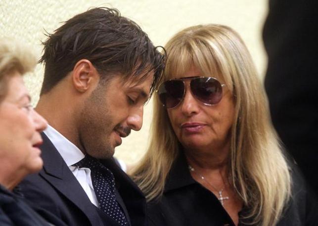 Fabrizio Corona con la mamma Gabriella (Ansa)