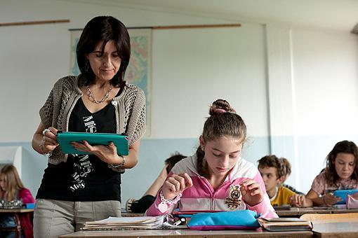 La professoressa Maria Luigia Orlandi corregge gli esercizi di grammatica sull?iPad nella 1G della scuola media Leonardo Da Vinci di Lucca (foto Elisa Figoli)