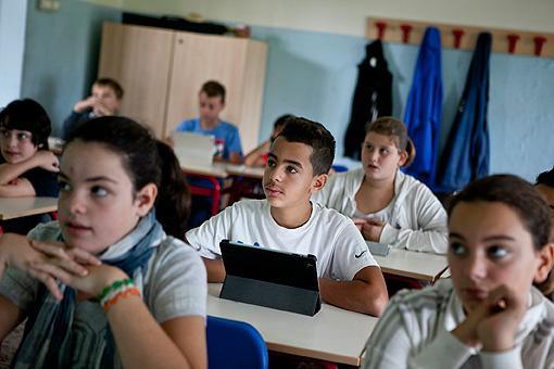 Gli alunni della 1D della scuola media Chelini di Lucca durante la lezione di inglese (foto Elisa Figoli)