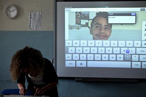La professoressa Maria Grazia Furnari fa lezione di inglese nella 1D della scuola media Chelini di Lucca. Sull?iPad compare la foto di un alunno, Rami (foto Elisa Figoli)