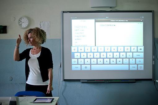 Lo schermo dell?iPad replicato sulla lavagna multimediale durante una lezione di inglese nella 1D della scuola media Chelini di Lucca (foto Elisa Figoli)