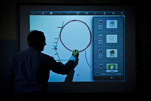 Il professore di Arte e Immagine Carlo Carmagnini della scuola Chelini di Lucca spiega come usare un app per il disegno sull?iPad. I ragazzi, oltre alle tecniche tradizionali, imparano a usare i programmi pr l?illustrazione digitale (foto Elisa Figoli)