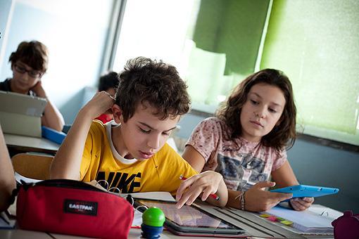 Bambini a lezione con il tablet nella scuola media Chelini di Lucca. Possono sfogliare i libri digitali e scriverci sopra con una app (foto Elisa Figoli)