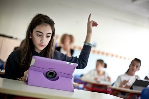I bambini di 22 prime medie lucchesi hanno ricevuto gratuitamente il tablet e lo avranno a disposizione per tutti i tre anni del ciclo scolastico. Il progetto sperimentale è stato finanziato dalla società mista pubblico-privato di distribuzione del gas domestico Gesam (foto Elisa Figoli)