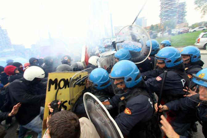 Una carica a Milano in Porta Nuova (Ansa/Salmoirago)
