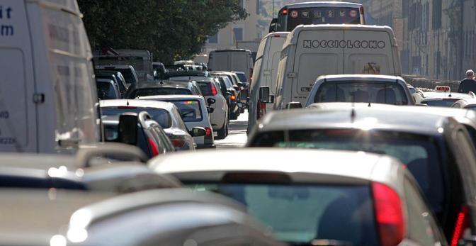 E il traffico e impazzito a Roma sul Lungotevere per il corteo degli studenti (Jpeg Fotoservizi)