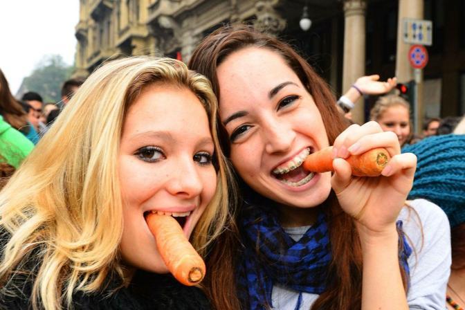 Gli studenti sono scesi in piazza in tutta Italia contro i tagli del governo Monti. A Torino hanno sfilato con le carote (e in alcuni casi le hanno anche lanciate). Una risposta al ministro Profumo che aveva parlato di una strategia di «bastone e carota» da usare nei confronti degli studenti