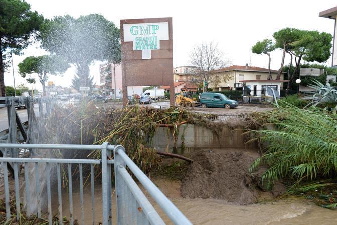 Una immagine del maltempo e della conseguente evacuazione a Ortonovo, nello Spezzino (Ansa/Dalle Lucche)
