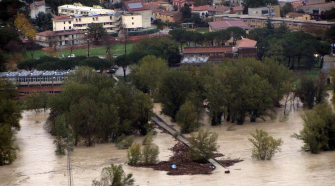 Passerella sommersa dall'acqua sui laghetti di Ciconia (Ansa/Ufficio stampa Comune Orvieto)