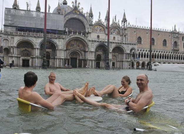 Venezia, l'acqua alta diverte i turisti (Ap)