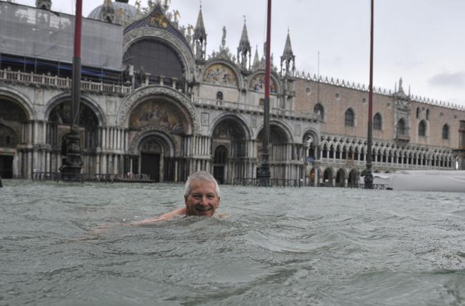 Venezia, insolito tuffo in Piazza San Marco (Ap)