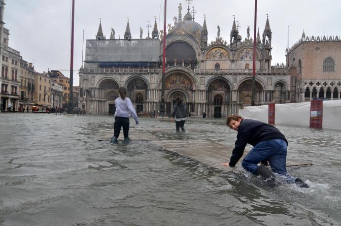 Venezia, ragazzi giocano con surf improvvisati (Ansa)