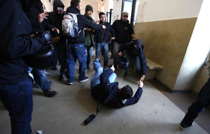 Milano,  a Porta Genova scontri tra polizia e manifestanti che cercavano di occupare i binari della ferrovia (Ansa/ Mascolo)