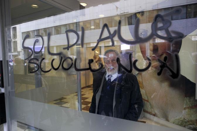 (Ansa/ Mascolo) Milano, scritte su una banca