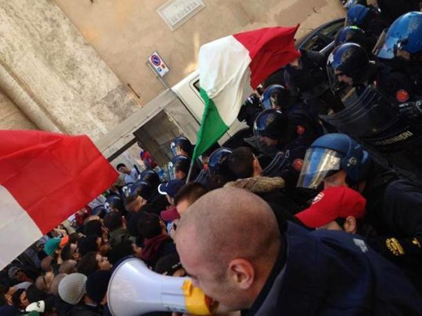 Roma, il corteo di Blocco Studentesco, vicino alla destra radicale, caricato della polizia (LaPresse)