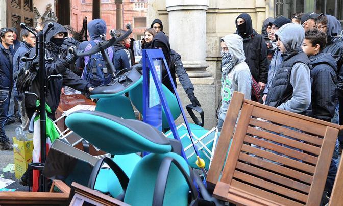 Torino, gli studenti tentato di bruciare la bandiera dell'Ue (Ansa/Di Marco)