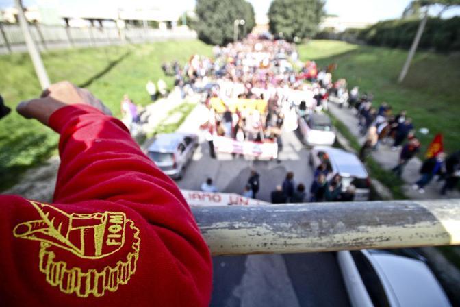 Pomigliano d'Arco, la manifestazione della Fiom (Ansa/Abbate)