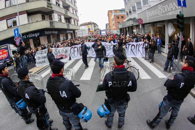 Bergamo, il corteo di studenti e lavoratori (Fotogramma)