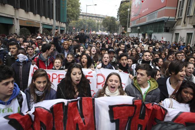 Giornata di cortei in tutta italia per lo sciopero generale europeo: gli studenti a Milano (Ansa/Mascolo)