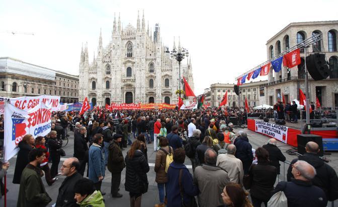 Milano, il corteo dei lavoratori davanti al Duomo (Ansa/ Porta)