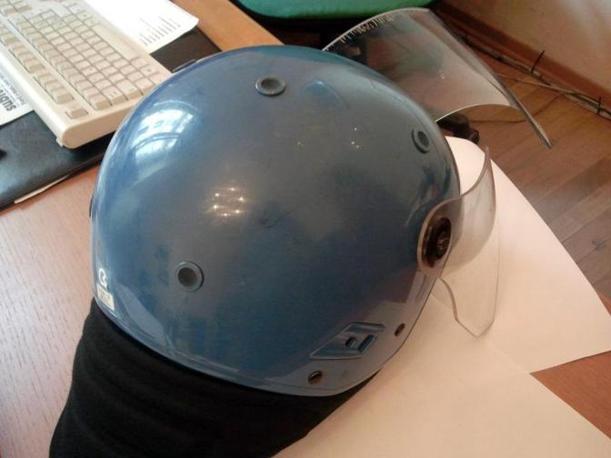 Il casco del poliziotto aggredito con una  mazza da baseball dagli autonomi davanti alla sede della Provincia di corso Inghilterra a Torino (Ansa/Questura di Torino)