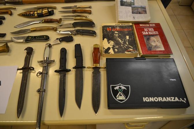 Coltelli e libri (foto polizia)