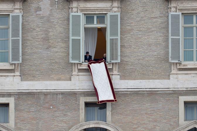 Il primo angelus di papa francesco for Finestra balcone