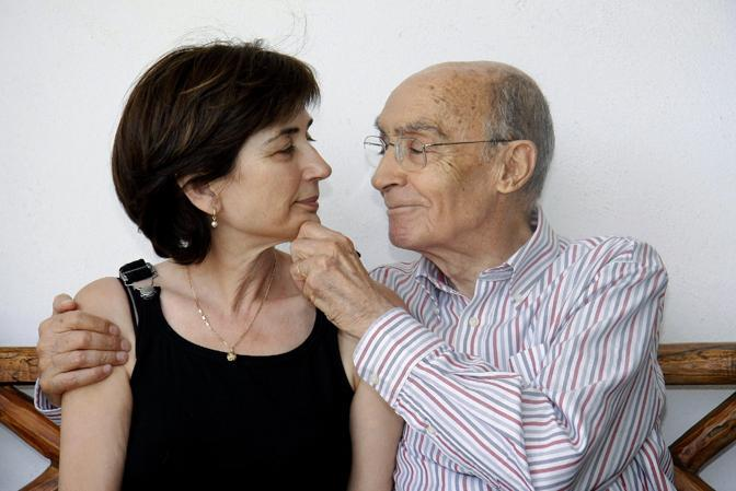 Saramago con la moglie Pilar del Rio (Ansa/Epa)