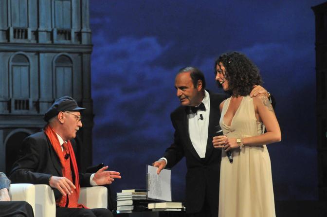 """Silvia Avallone sul palco della fenice tra Bruno Vespa e Antonio Pennacchi durante la premiazione del """"Campiello Opera Prima"""" (Vision)"""