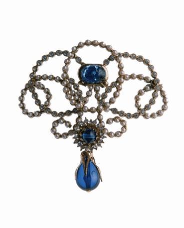 Mostra su «Vittorio Emanuele II, Il Re Galantuomo»: spilla ispirata al ritratto di Maria Adelaide: intreccio di perline, brillanti e zaffiro fantasia