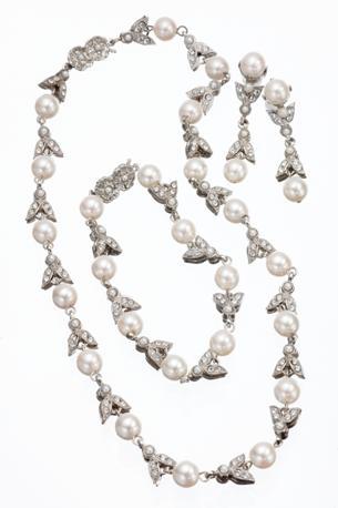 Mostra su «Vittorio Emanuele II, Il Re Galantuomo»:  parure ispirata dai gioielli indossati da Maria Teresa D'Asburgo Lorena: girocollo, bracciale e orecchini con elementi a forma di ape, con brillantini e perle bianche fantasia.