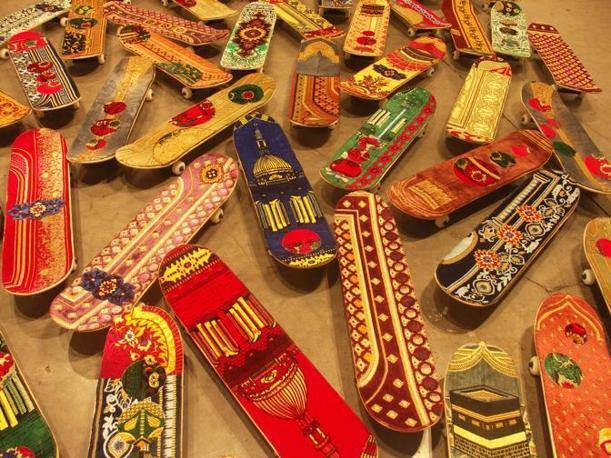 Tappeti skateboard dell artista marocchino Mounir Fatmi