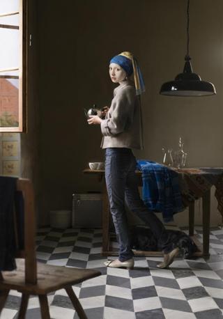 Dorothee Golz trasforma una celebre figura di Vermeer in donna moderna