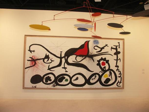 Sul fondo un?opera di Mirò e davanti un ?mobile? di Calder