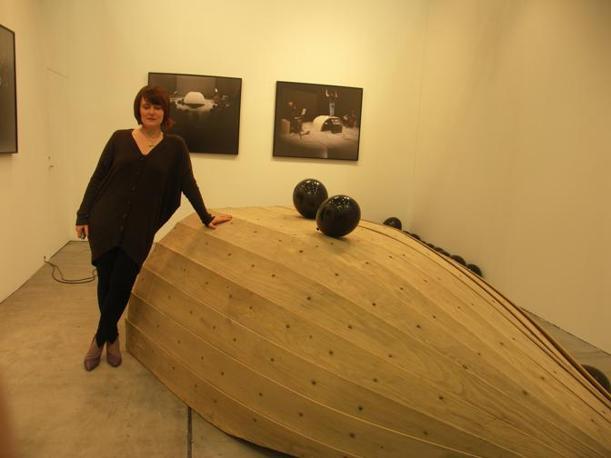 Francesca Grilli con la sua scultura sonora