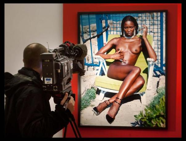 Nudi in mostra: 75 scatti del grande fotografo di moda Helmut Newton resteranno esposte dal 9 gennaio al 27 marzo ad Apolda, in Germania  (Lapresse)