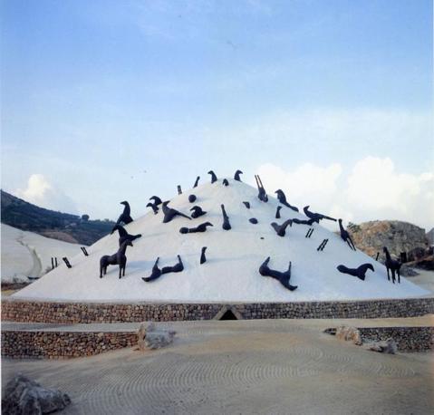 L'installazione nel 1990: usata come quinta di uno spettacolo teatrale, tratto da «La sposa di Messina di Schiller», tenutosi a Gibellina
