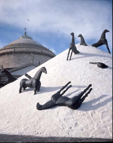 La «Montagna del Sale» nel 1995 in Piazza del Plebiscito a Napoli: in primo piano, alcune delle sculture che sovrastano l'installazione