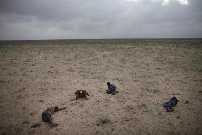 Quattro rifugiati in fuga dalla Somalia verso lo Yemen - Foto di Ed Ou (canada), vincitore nella categoria «Stories Contemporary Issues»