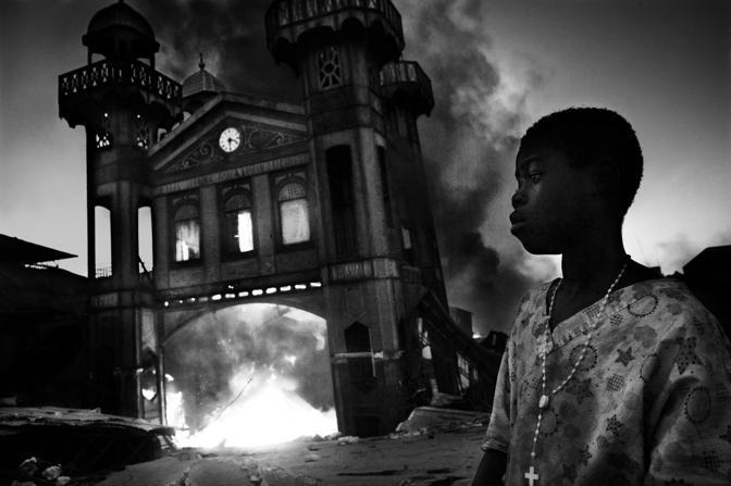 L'antico mercato del ferro in fiamme a Port-au-Prince, Haiti - Foto di Riccardo Venturi (Italia), vincitore nella categoria «Prize Single General News»